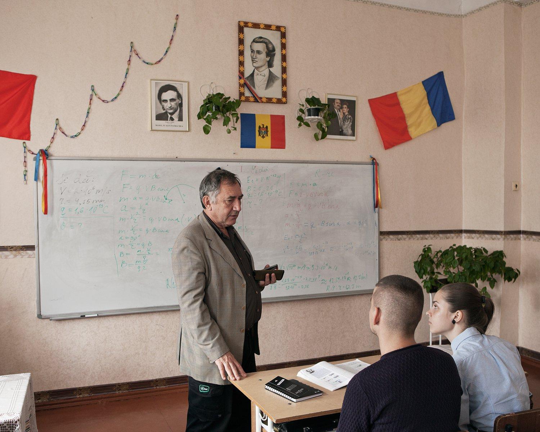 Ion Iovsev ist Direktor am Lyzeum Lucian Blaga. An der Schule wird Moldawisch in lateinischer Schrift unterrichtet, was den transnistrischen Obrigkeiten missfällt. 2004 zerstörte ein Schlägertrupp des KGB die gesamte Einrichtung. Heute sind die Einschüchterungsmethoden nicht weniger, aber subtiler geworden – so werden doppelt so hohe Abgaben verlangt und Teile des Lehrerkollegiums willkürlichen Verhören unterzogen.