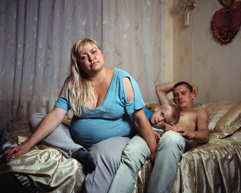 Garsanova Anna Mihailova wohnt zusammen mit ihrem Freund Ilin Sergej Viachiaslovich und dem gemeinsamen Sohn Aljoscha am Stadtrand von Tiraspol. Die Familie lebt von dem, was Ilin als Tagelöhner auf den Friedhöfen verdient.