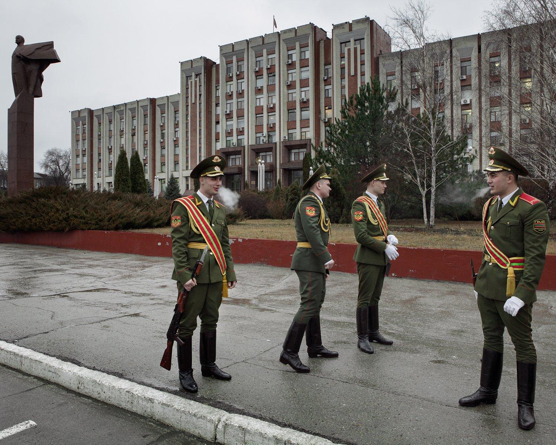 Mitglieder einer Paradeeinheit warten vor dem transnistrischen Parlamentsgebäude, das ›Oberster Sowjet‹ genannt wird, auf weitere Kameraden.