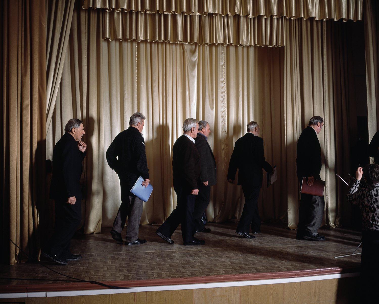 Ein Männerchor verlässt nach einem Gesangswettbewerb im Veteranenklub Tiraspols die Bühne.