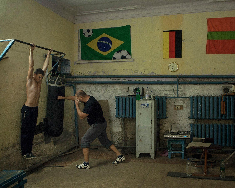 Jugendliche haben sich im Gemeindehaus von Kitskany einen kleinen Kraftraum eingerichtet. Sie treffen sich dort mehrmals in der Woche um gemeinsam zu Trainieren.