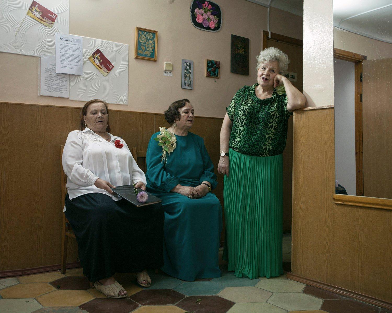 """Das erste Ensemble Transnistriens namens """"Tscherjomucha"""" (Traubenkirsche) erschöpft nach dem Auftritt hinter der Bühne. In ihrem Repertoire sind Lieder wie """"Russland - Meine Heimat"""" und """"In Transnistrien sind Feiertage""""."""
