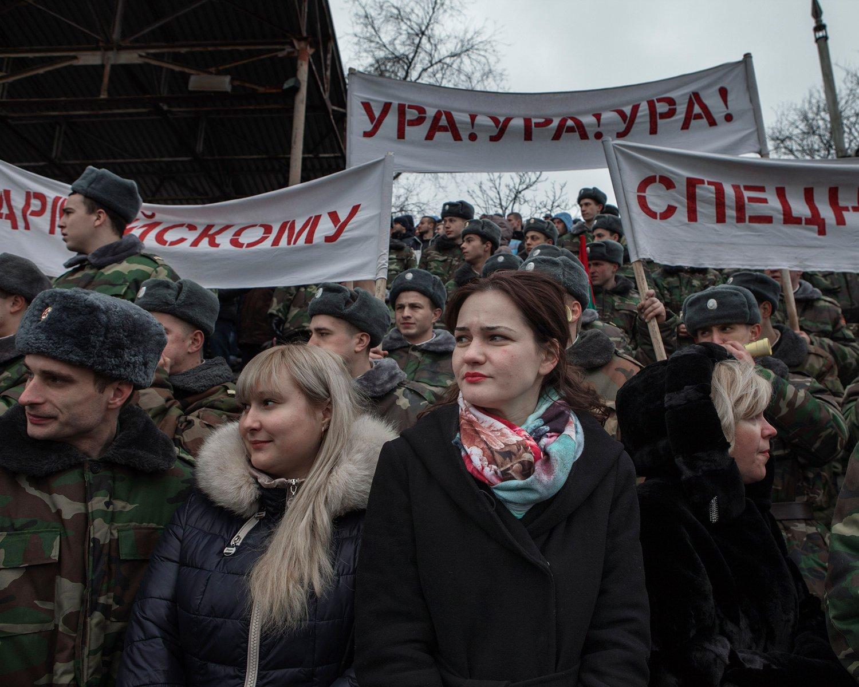 """Zuschauer feuern bei einem Wettkampf verschiedene Einheiten der transnistrischen Armee an. In verschiedenen Disziplinen wie Staffellauf, Tauziehen und Zweikampf demonstriert die Armee im """"Stadion der Republik"""" ihre Stärke."""