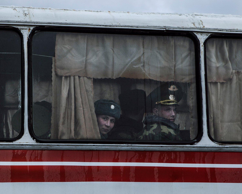 """Soldaten auf dem Rückweg zu ihrer Kaserne nach den Feierlichkeiten zum """"Tag des Vaterlandverteidigers""""."""
