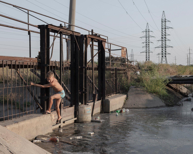Ein Kind balanciert auf einer Schleuse am Stadtrand von Tiraspol, der Hauptstadt Transnistriens.